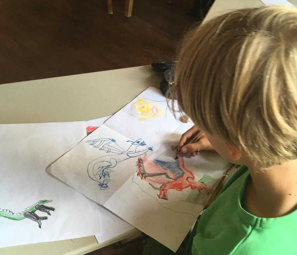Schüler zeichnet Drachen